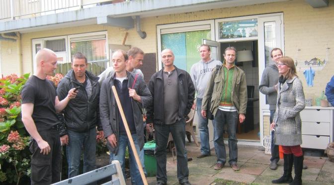 De mannen van DELL actief in tuintjes Bloemenwijk, Amsterdam-Noord