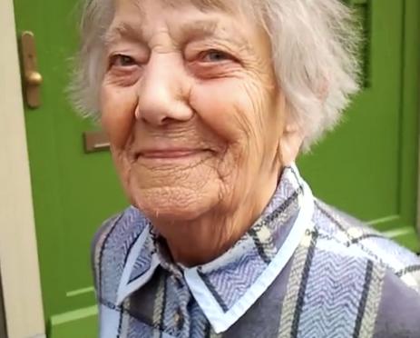 Filmpje van enthousiaste oudere bewoner van Bloemenbuurt tijdens onderhoud tuin