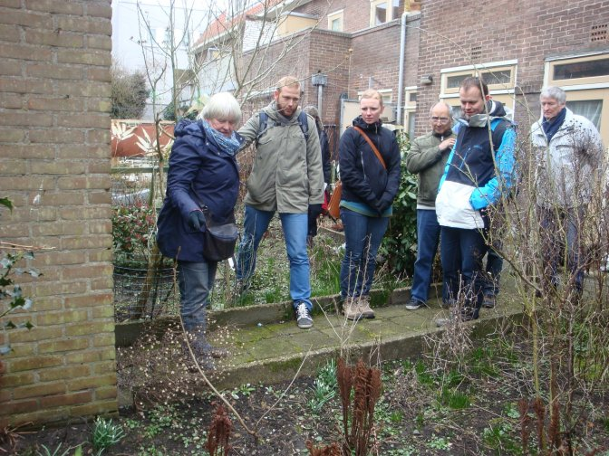 Training aan vrijwilligers in tuinonderhoud door tuinontwerpster Marilies Jacobs