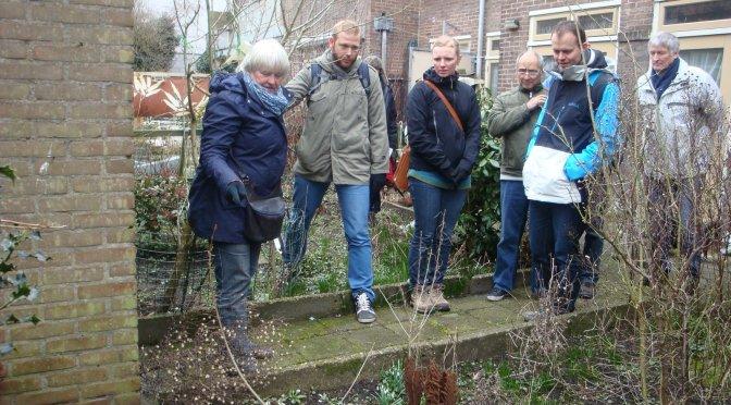 Training aan vrijwilligers in tuinonderhoud door tuinontwerpster Marilies Jacobs
