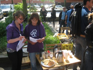 Wijkmeester Marrit en vrijwilligster Tiny bij de voorbereidingen voor de Sociaal Tuinieren dag