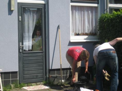 Bewoonster kijkt naar het werk in haar tuin