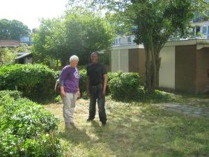 Bewoner is erg gelukkig met het eindresultaat; hier op de foto samen met tuinontwerpster Marilies Jacobs