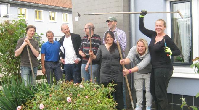 Lions Club 't IJ tuiniert een dag in de Bloemenbuurt