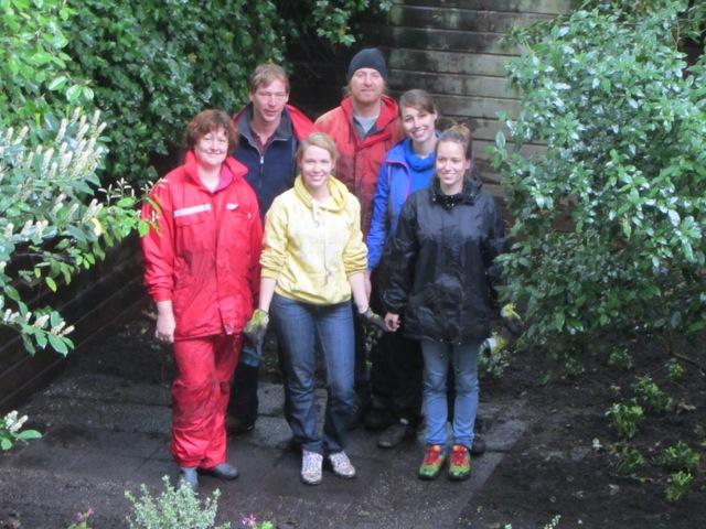 Canal Boat zet zich ondanks de regen in voor verwaarloosde tuinen in de Pijp