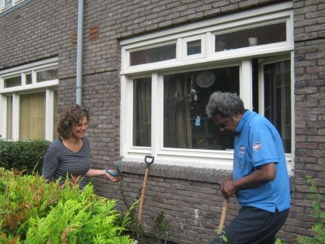 buurman en buurvrouw werken samen in de tuin