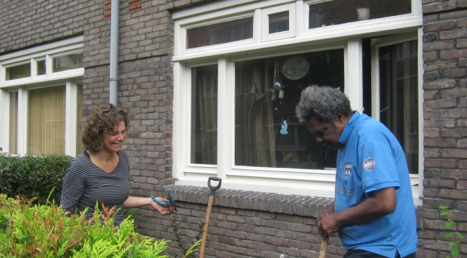 Soroptimisten helpen buurvrouw en buurman met tuin