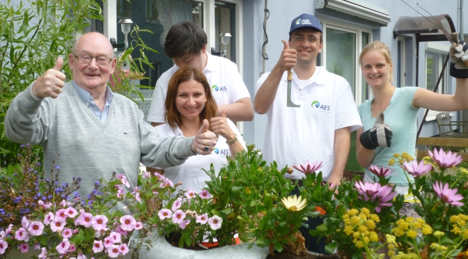Medewerkers van AES zetten zich een middag in voor de Bloemenbuurt